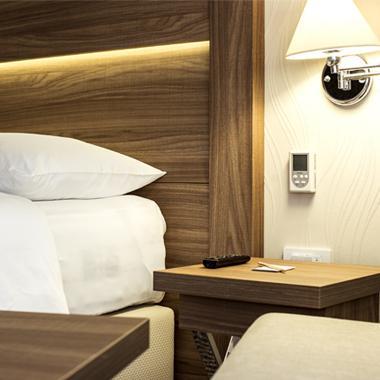 inteligentna-soba-termostat-citac-kartice-odlagac-kartice-krmilnik-kodirnik-hotel-Andivi